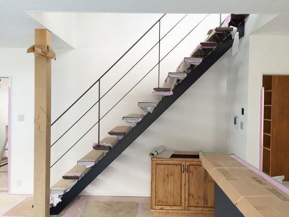 シンプルなフラットバー手摺をストリップ階段に