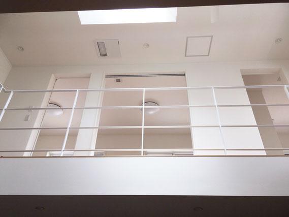 2階の吹き抜けを8mのアイアンフェンスでぐるーり