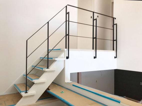 中二階から二階へ上がる、スッキリとした転落防止アイアン手すり