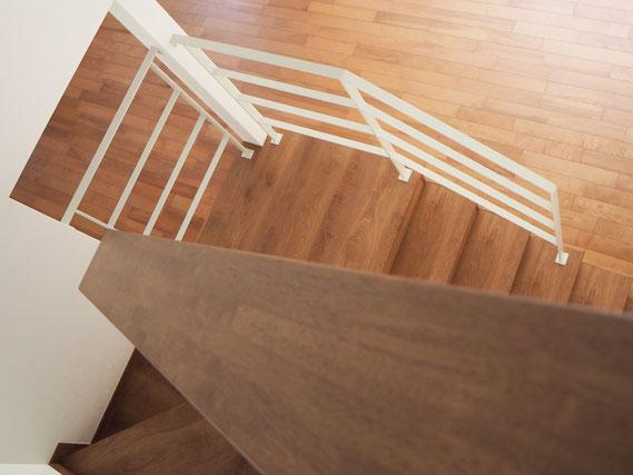 階段がスッキリ見えるシンプルなアイアン手摺