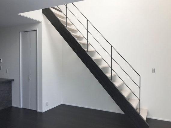 スチール製フラットバー手摺をスケルトン階段に取付