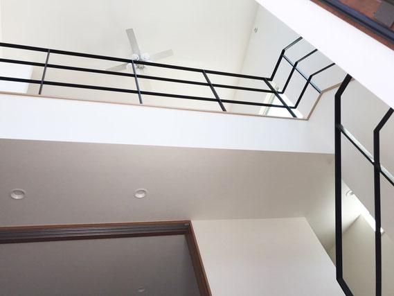 回り階段〜2F吹き抜け一式、黒色の鉄フラットバー手すりフェンス
