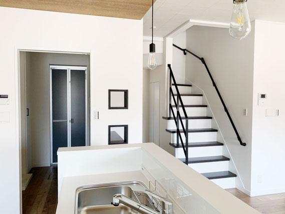 エジソンランプのレトロ感が、オープン階段のアイアン手すりとマッチしてます!