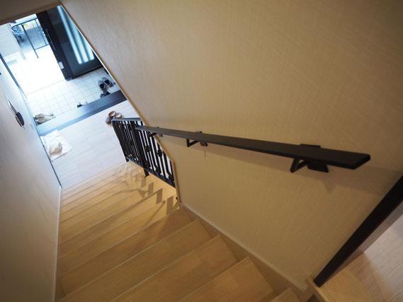 シンプルで豪華なアイアン手すりが階段につきました