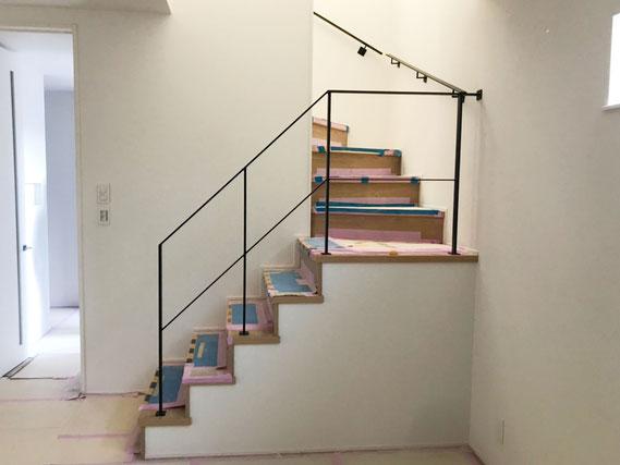 周り階段吹き抜けにアイアン手すり