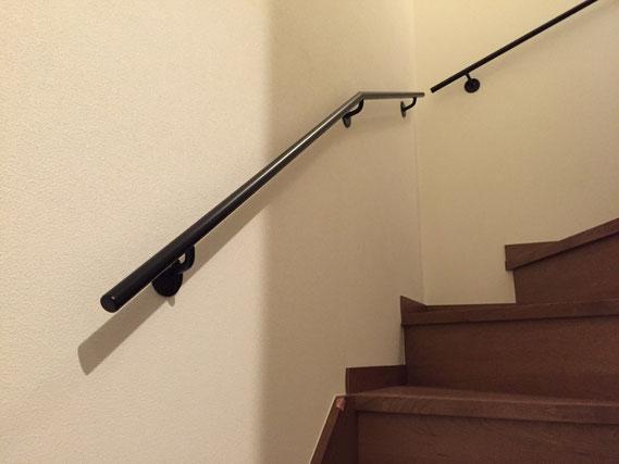 階段にシンプルなアイアン手すり