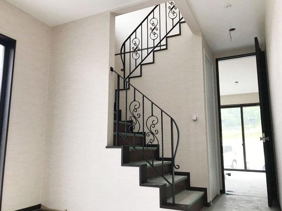 玄関の階段手すりに黒でオシャレな唐草アイアン手すり