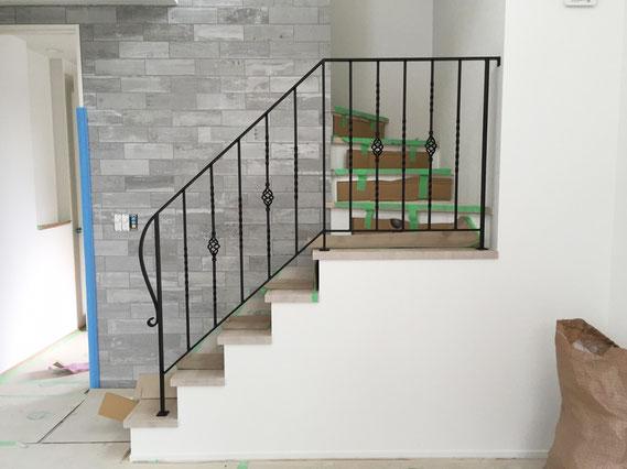 踊り場と階段に、一体型のオシャレなアイアン手摺