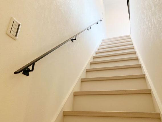直階段にシンプルな黒色のフラットバー手摺