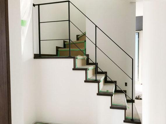 5段と踊り場で6段のアイアン手すり、廻り階段吹き抜け部分