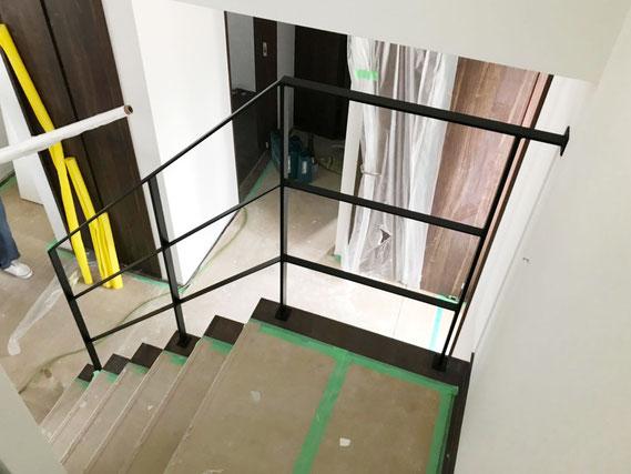 5段と踊り場で6段のスチール手摺り、回り階段吹き抜け部分