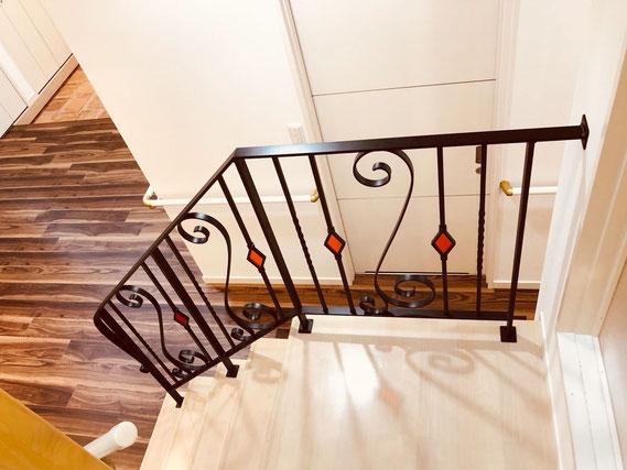 オープン階段には心地いい電球色!アイアン手摺やステンドグラスもより映えます!