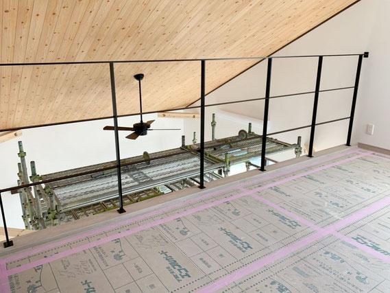 勾配天井下の吹き抜け部分に、スチール製の転落防止柵