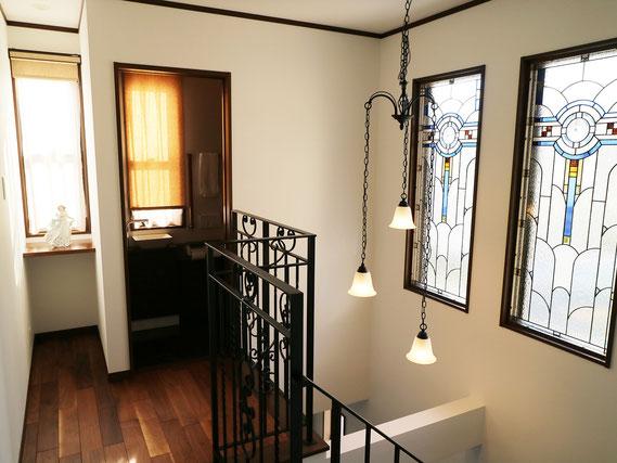 空間を演出する唐草模様のアイアン手摺とステンドガラス