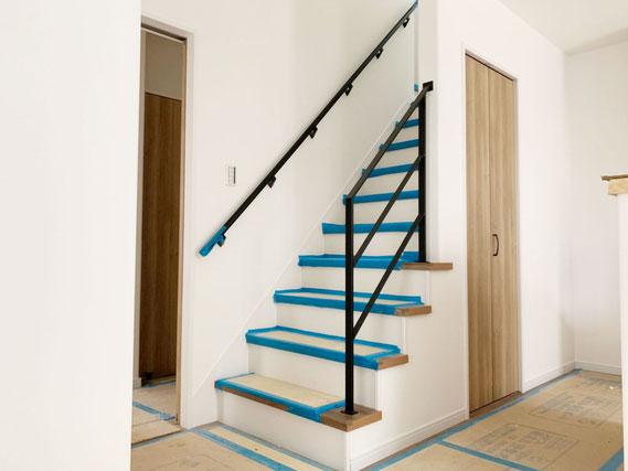 キッチンからのリビング階段に4段アイアン手すり!