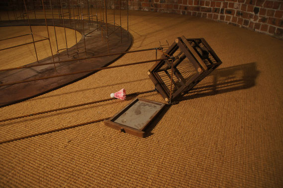Ein Käfig bleibt gestürzt am Boden liegen und sorgte bei einigen Ausstellungsbesuchern für Verwirrung, die versuchten, den Käfig aufzurichten.