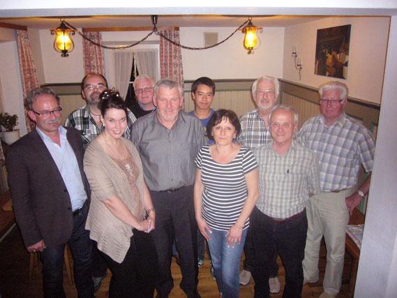 Gründungsmitglied Bürgermeister Manfred Nerlinger und der 1. Vorstand Franz Wildegger zeigen sich hier mit der Führungsmannschaft der Schachfreunde Wehringen am Gründungstag 5. Juni 2013