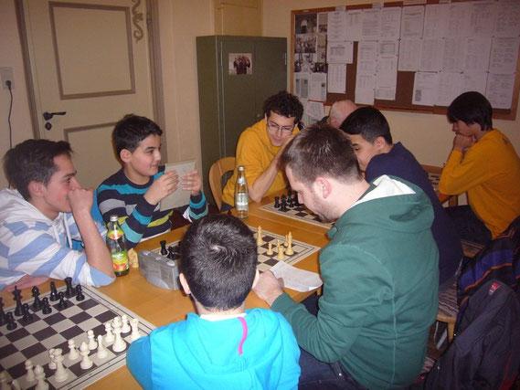 Jugendleiter Kevin Degle analysiert gerade die Partie um die Stadmeisterschaft, von Emre-Can und Mehmed-Can