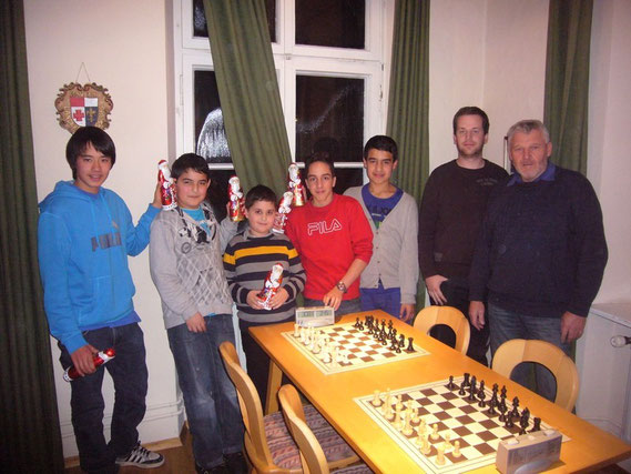 Linksaußen stehend Michael Mayer und Rechtsaußen stehend Mehmet-Can Civan, wurden Meister und Vizemeister
