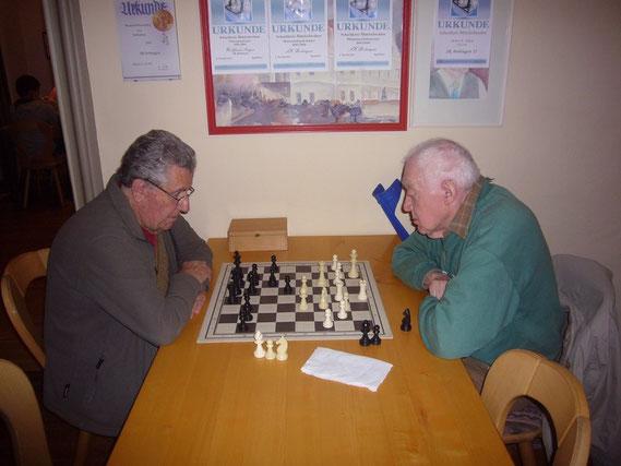 Unsere beiden ältesten aktiven Mitglieder nahmen am Nikolaus-Blitz nicht teil und spielten nur normale Partien.