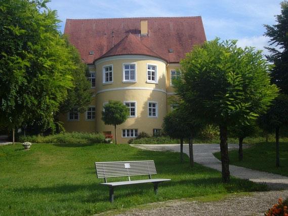 Blick aus Westen auf den runden Saal vom Park aus. 1996 feierte dort der Schachklub Bobingen sein 50 jähriges Bestehen. Das Fest mit den Gründungs-Mitgliedern wurde vom damaligen 1. Vorsitzenden Franz Wildegger bestens organisiert.