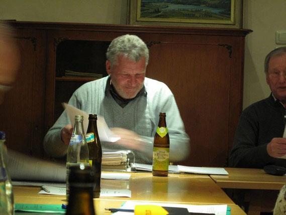 Der 1. Vorsitzende Franz Wildegger wurde mit großer Mehrheit in diesem Amt und weiteren Ämtern von der Mitgliederversammlung bestätigt. Hier denkt er noch über die Zukunft des Schachklub nach.