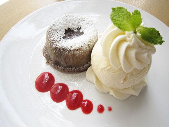 とろけるチョコレートとバニラアイス&クリーム。そしてベリーソースをつけて食べるのもよい。ホットとクールを1つのお皿に