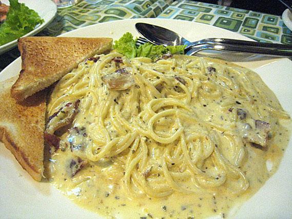 スパゲティ・カルボナーラ 70バーツ。クリームがちょっとききすぎているが、まずまず。タイ系の店でよくあるレベルの味