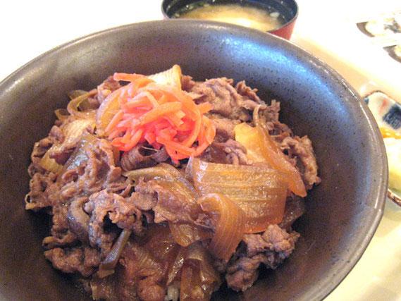 牛丼セット 169バーツ。ちりぢりの牛肉は輸入もの。すきやき風に味はしみこんでいて、甘くもなく、タイ人オーナーでこれだけの味が出せれば、合格でしょう