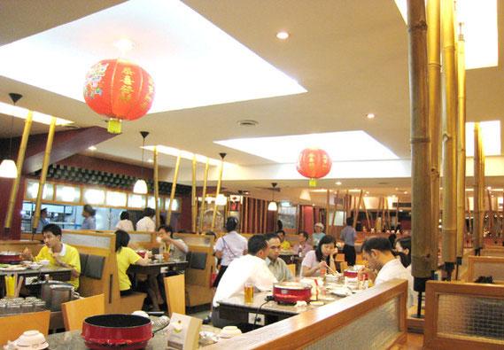 竹の装飾で何となく日本風の店内。とにかく広くゆったりしている。お茶がタダなのがいい