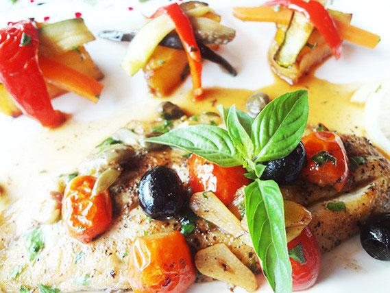 お得なランチコースは、魚または肉のメイン料理もおすすめ