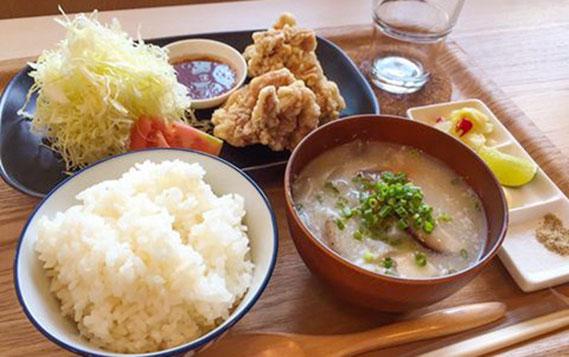 名物の唐揚げ定食は、豚汁付きでなんと130バーツ!日本の人気店のレシピを採用