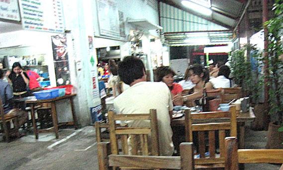 インタマラのソイ44の奥の方にある屋台風の店。                                             簡易のテーブル、いすで奥はかなり広い