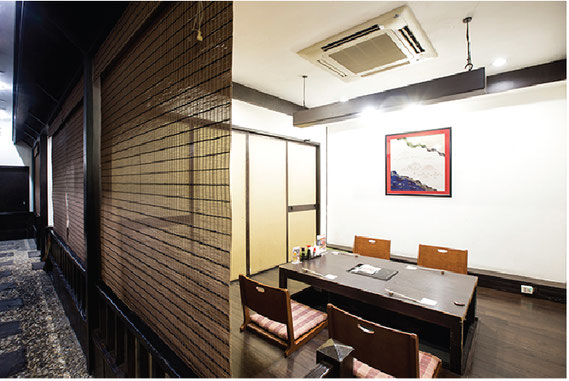 庵寺の単品のシラス丼(270バーツ)ミニ茶蕎麦と小鉢2品、香の物、デザート付きで ランチタイムは同じ料金でいただける