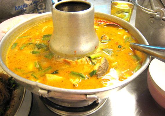 トムヤムタレー(海鮮のトムヤム) 150バーツ コクのあるみそスープのようで、日本人好みの味。「酸っぱい」を抑えているからだろう。このあたりが中国系の店っぽい。2人用は80バーツだが、やはりここは鍋の150バーツをオーダーしたい。
