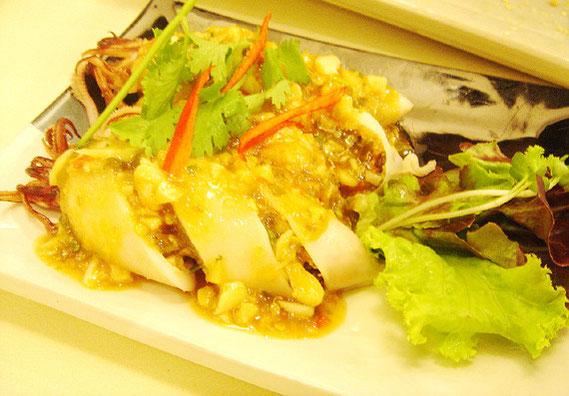 プラムック・ヤッサイ 180バーツ いかの具材詰め。タイにも同じような料理はあるが、ちょっとスパイシーでまた違った味