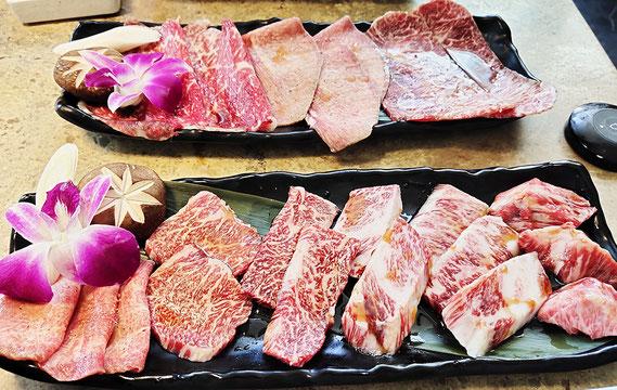 手前が極上和牛ランチ650バーツのお肉、向こうが和牛ランチ290バーツのお肉