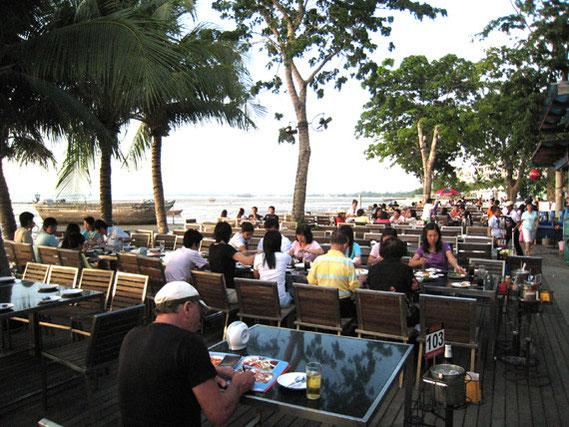 オープンエアの席。向こうの方まで席があり、とにかく広い。海を眺めながらの食事