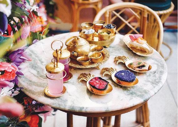 タイ伝統のお菓子と自家製ケーキとドリンク(温&冷)の コンボセット(2人向け)は590バーツ