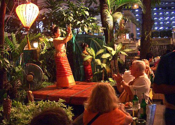 店を入ったところでタイの踊りを見られるが、これは1時間に数回程度。タイの心地よい演奏で、オープンエアの席でもそれほど暑さを感じない