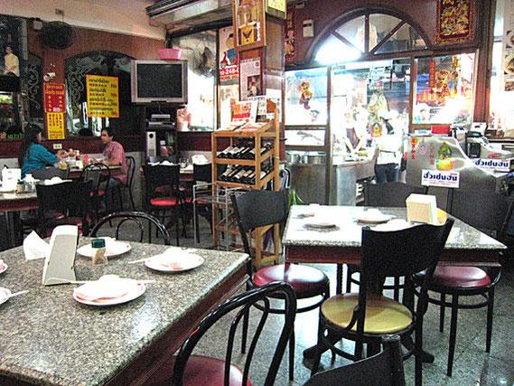 本店:雑然とした店内でテーブルの並べ方もちょっと変だが、有名で、リーズナブルで味もよいから喧騒のヤワラートにぴったりの店でしょう