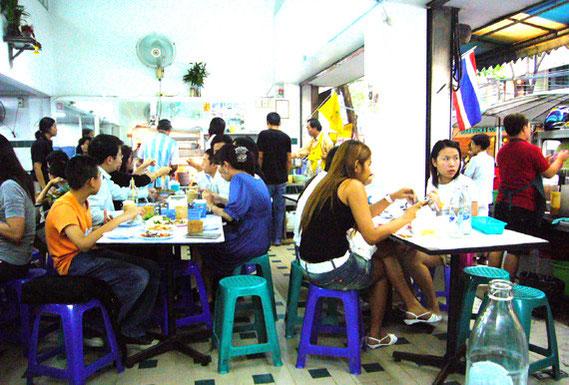 昼時と夕方からが混む。簡易のテーブルといすで、どこにでもあるような店だが、若いOLらの来店が多く、従業員もきびきびしていて、管理が行き届いている。