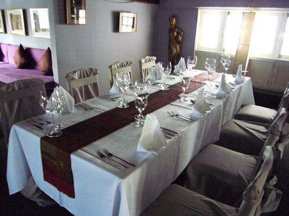 1階のテーブル席は、夜はロマンチックな設定で、カップルでも大人数でも楽しめる