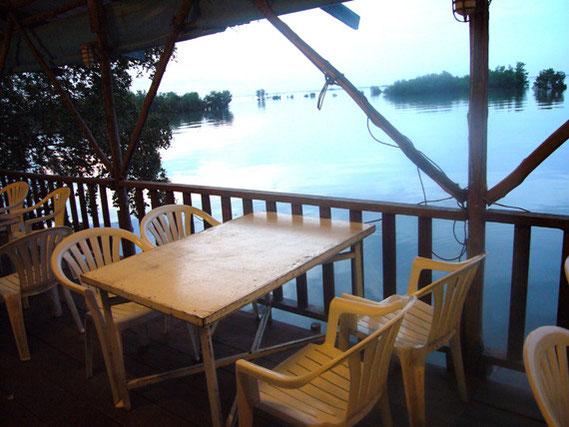 おだやかな海を見ながらの食事はなかなか。ただやはり蚊がよって来る。
