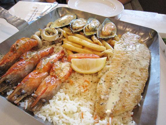 店の外にお勧めで示されている2人分435バーツ++のメニュー。魚はベトナム産、ムール貝は輸入物のよう。いか、えび、ポテトフライがたくさん、にんにくバターライスが敷きつめてある。パエージャ風かな、と思ったが、それほどよくはない