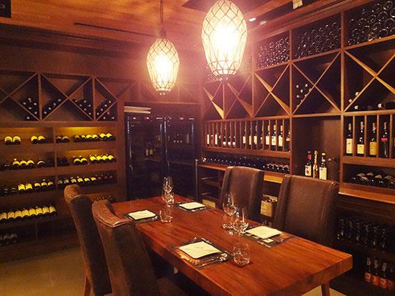 豊富なワインが揃う入口すぐ横のワインセラー