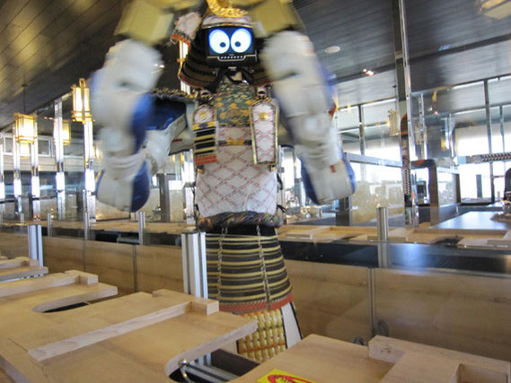 ロボットが料理を運んで来てくれる。両側にテーブル席が配置してある