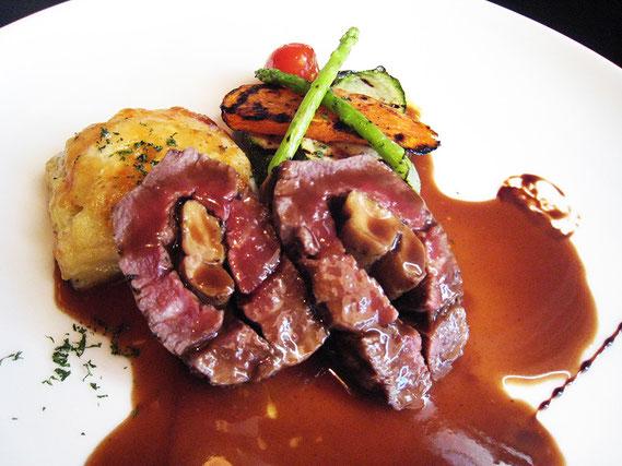 人気メニューのROSENE アンガスビーフでフォアグラを包んだステーキ