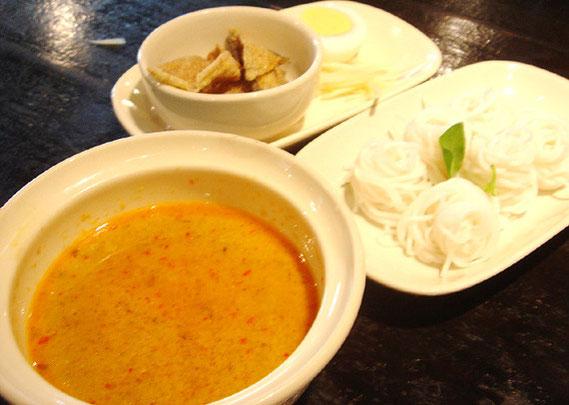 ナムヤーと呼ばれるココナッツミルク入りハーブスープも本場そのままの味で、納得できる
