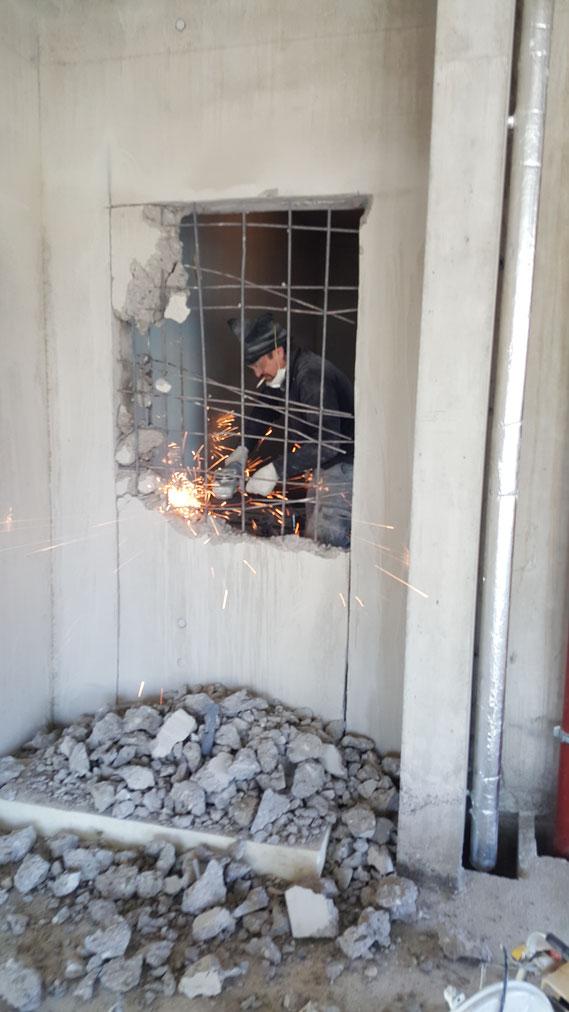 Ouverture d'un passage dans un mur de 30cm. en béton armé. Genève Décembre 2015